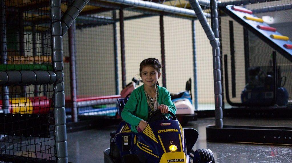 Mädchen auf einer Kartbahn
