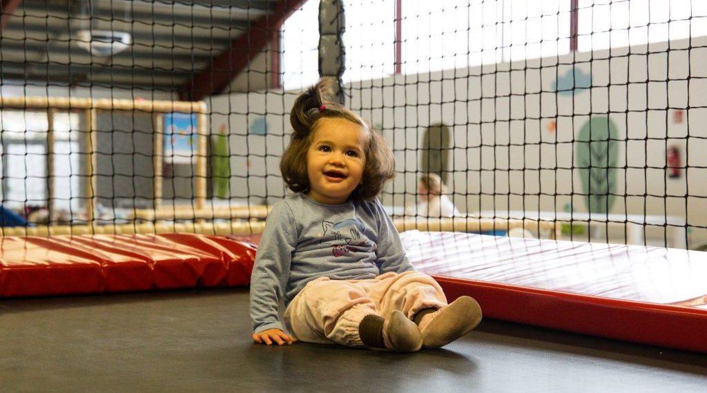 Mädchen auf Trampolin in der Spielburg