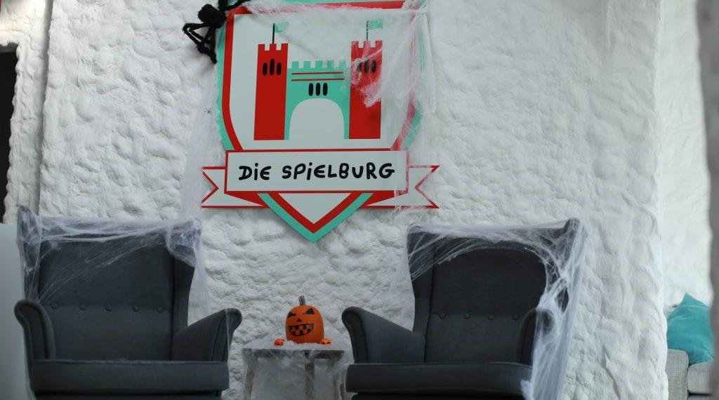 Die Spielburg Eingangsbereich mit Halloweendeko