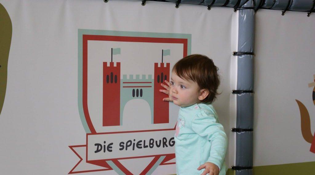 Kleinkind in dier Spielburg
