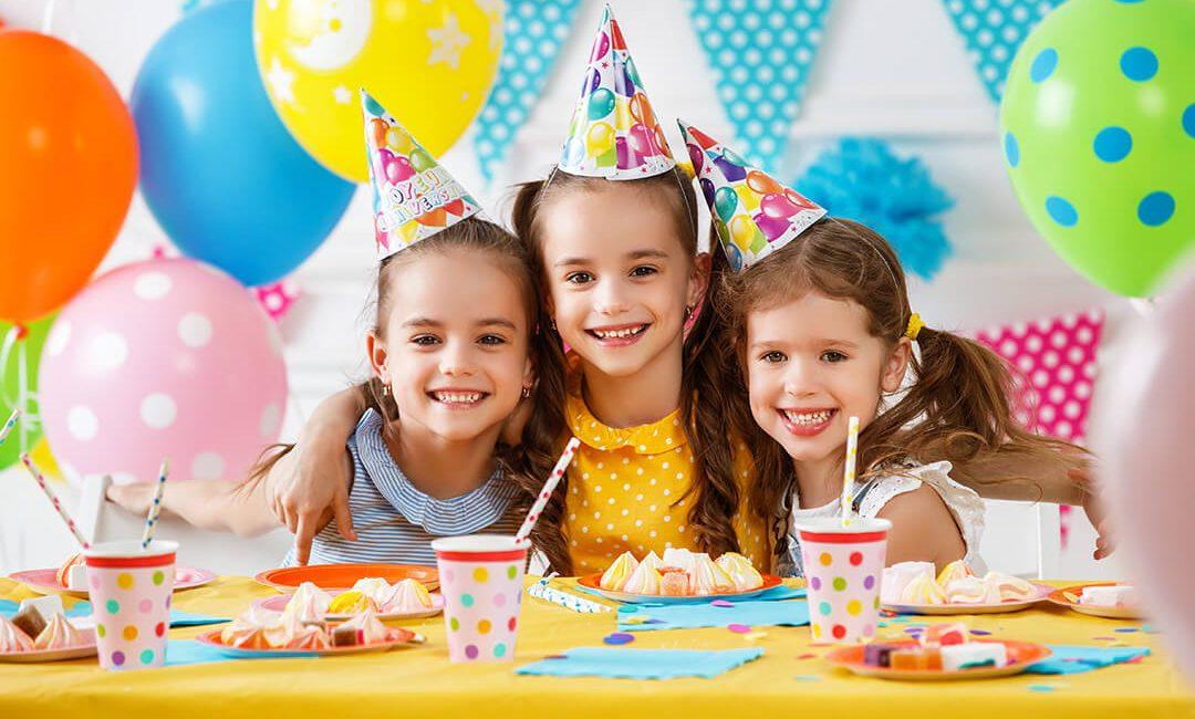 3 Kinder beim Kindergeburtstag