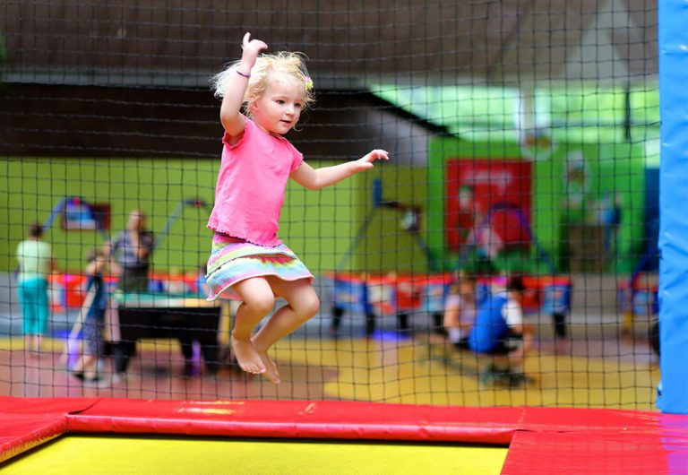 Kind springt auf Trampolin